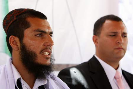 Mohammed Jawad and Maj. Eric Montalvo at a press conference in Kabul, August 27, 2009 (photo Xinhua/Zabi Tamanna)