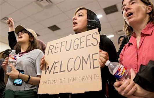 Protestors against Donald Trump's immigration ban at Dallas/Fort Worth International Airport in Dallas, Jan. 28, 2017 (Photo: Reuters).